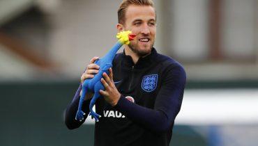 Английские футболисты тренировались с резиновой курицей