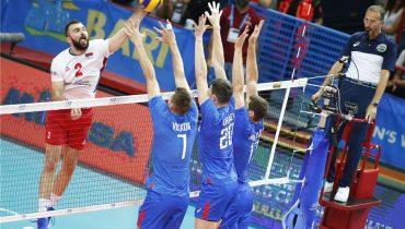 Российские волейболисты на тай-брейке уступили сербам и получили в соперники итальянцев и голландцев