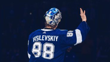 «Тампа» добилась восьмой подряд победы в НХЛ. Василевский спас ворота «молний» волшебным сейвом пяткой