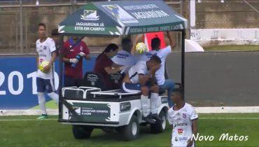 В Бразилии травмированного футболиста во время матча переехала медицинская машина